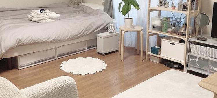 lantai vinyl motif kayu pada kamar tidur ala korea dengan rak di bawah ranjang
