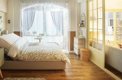 lantai vinyl motif kayu pada ruangan di darama korea