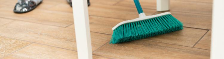 sapu lantai vinyl secara rutin cara membersihkan merawat