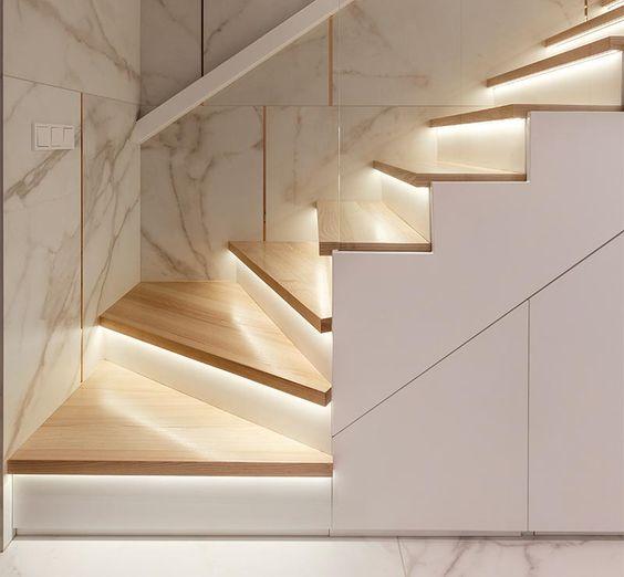 tangga kayu dengan lampu led
