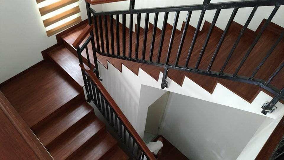 tangga lantai kayu vinyl warna gelap