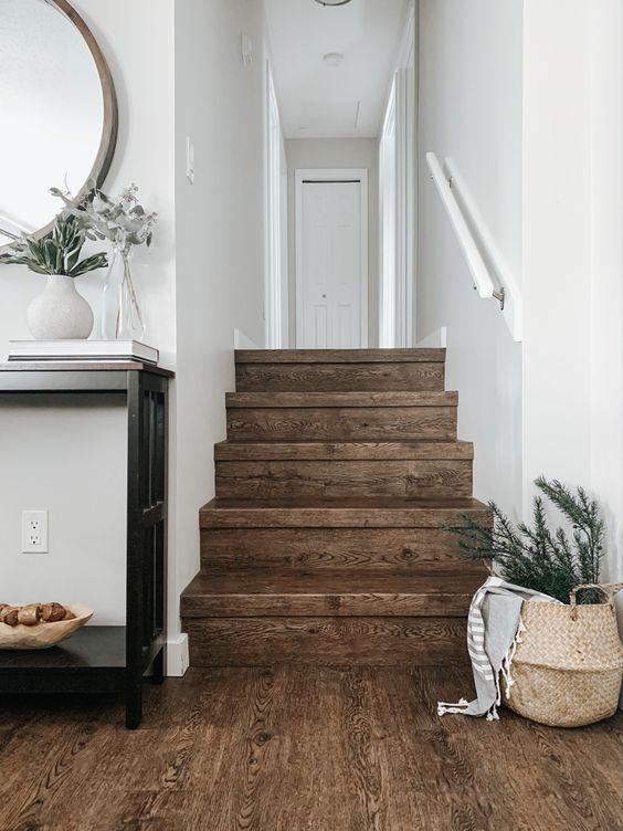 vinyl motif kayu pada tangga menyatu dengan ruang keluarga