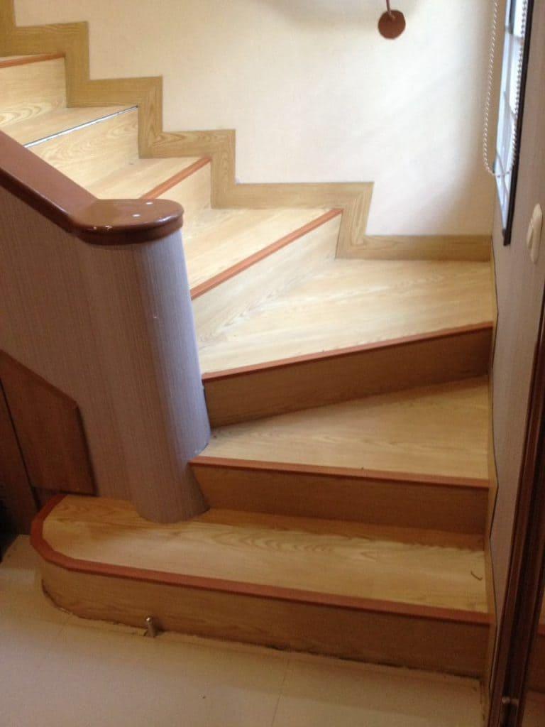 tangga vinyl motif kayu terang dengan list cokelat
